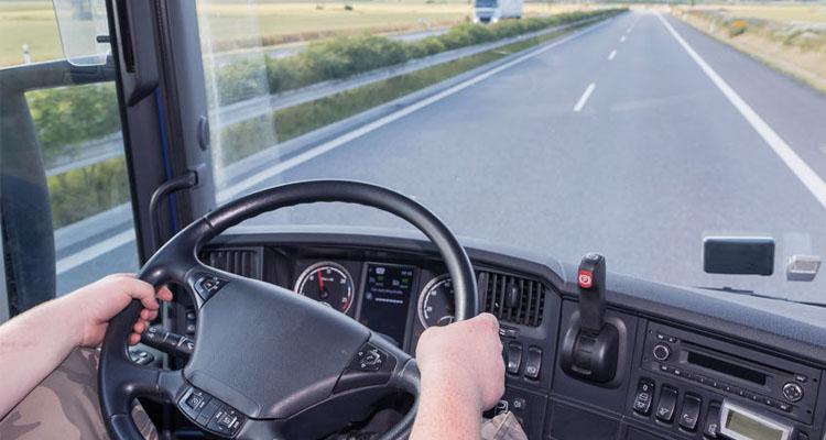 Conductor maneja un vehículo bajo la normativa de tacógrafos