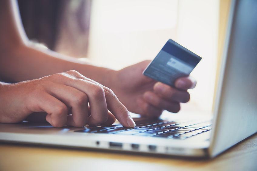 Cliente comprando online con seguridad