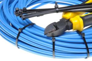 Bridas de plástico sujetando cables
