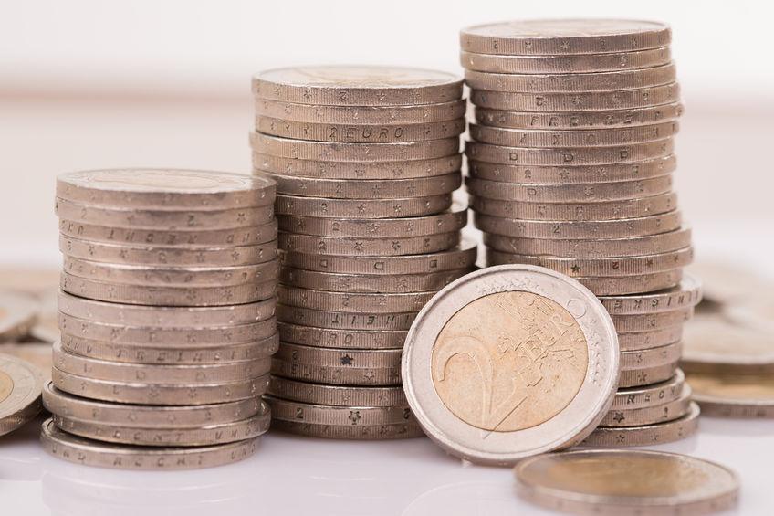 Monedas apiladas de 2 euros.