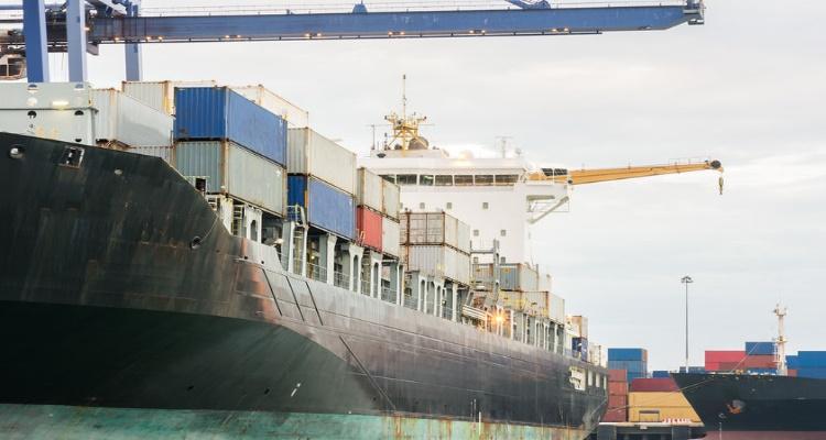 Un puerto de carga de mercancías en el que es necesario el precinto aduanero.
