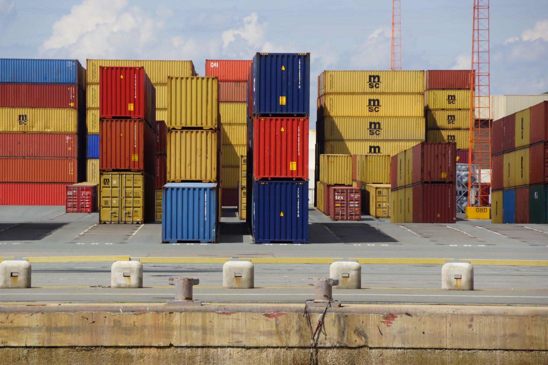 Contenedores en un puerto en el que es necesario aumentar la seguridad.
