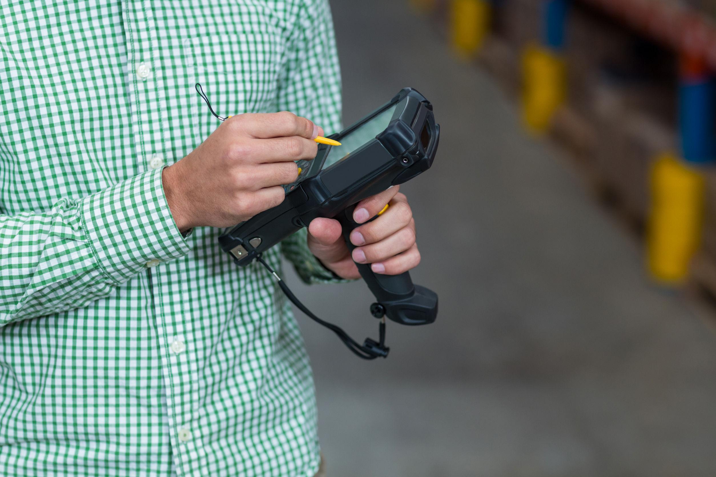 Un trabajador con un dispositivo lector de tecnología RFID.