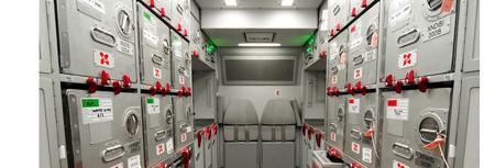 Armarios de un avión con pegatinas de seguridad.