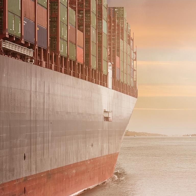 Transporte de mercancías con contenedores marítimos.