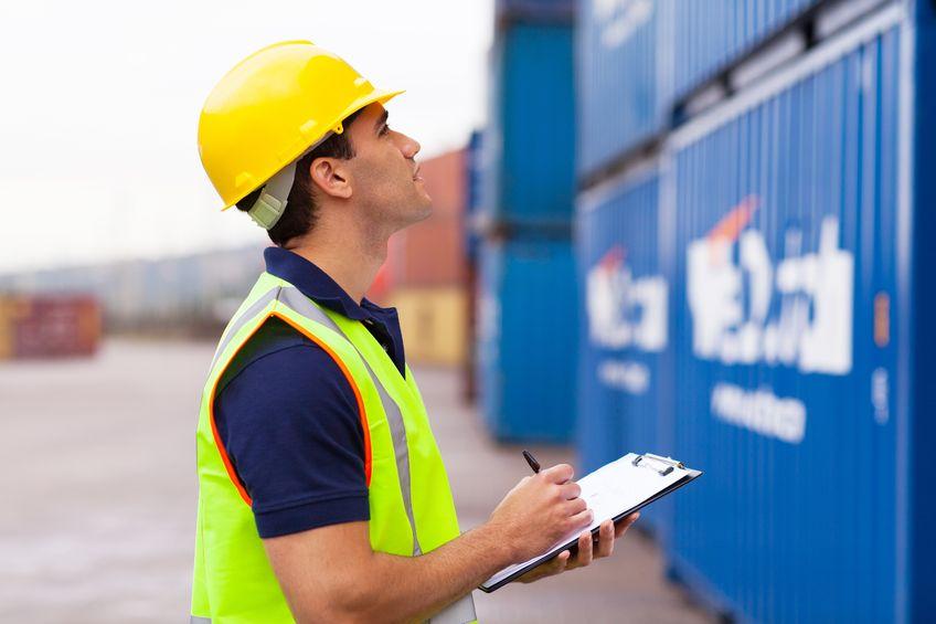 Un trabajador inspecciona el cierre de seguridad de un contenedor marítimo.