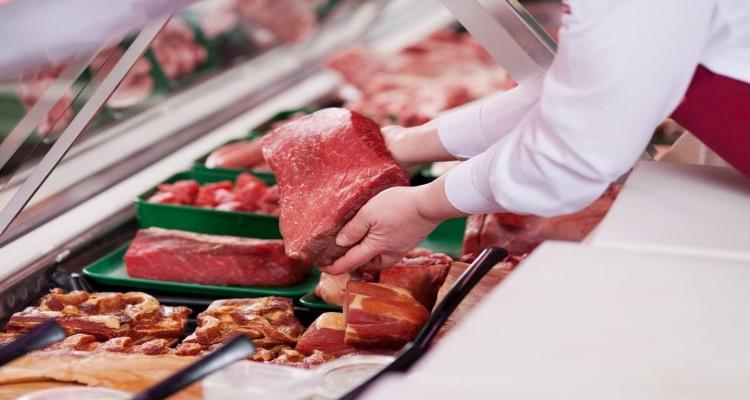 Un carnicero muestra una pieza, para la que es necesario un correcto etiquetado.