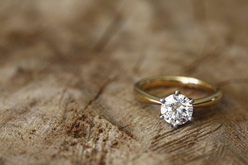 Anillo de diamante de alto valor.