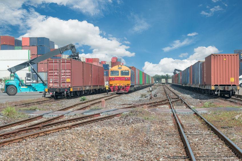 Carga de contenedores en un puerto seco.¿Qué son los puertos secos? Medidas de seguridad necesarias.