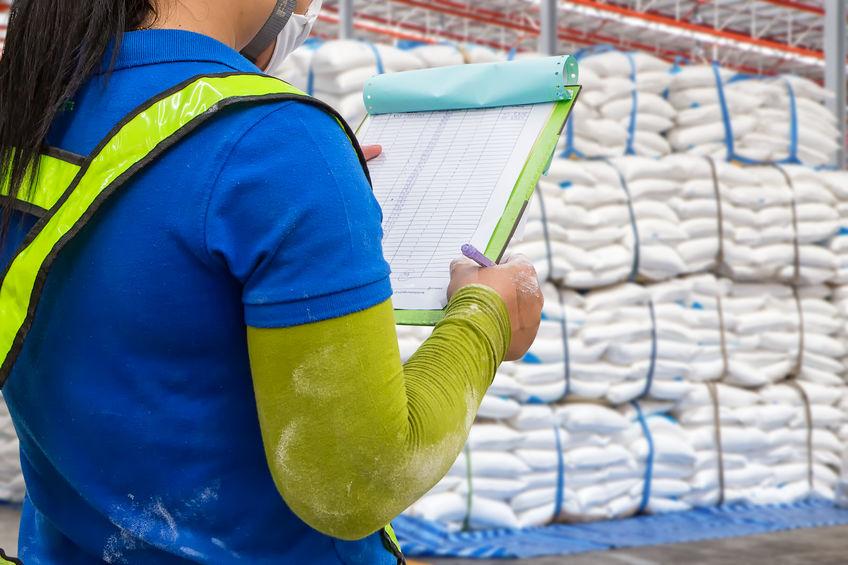 Control de mercancías en un depósito aduanero.