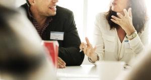 Opciones de personalización de precintos presentadas en una reunión con el cliente